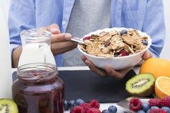Lijst met een evenwichtig ontbijt stock foto