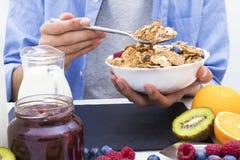 Lijst met een evenwichtig ontbijt stock foto's