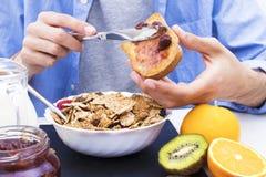 Lijst met een evenwichtig ontbijt stock afbeeldingen