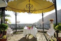 Lijst met flessen en glazen onder een gazebo - huwelijksontvangst in een de zomerdag in Pozzuoli dichtbij Napels Stock Foto's