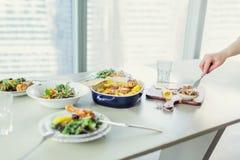 Lijst met geroosterde kip met aardappel, groene salades wordt gediend die Stock Afbeeldingen
