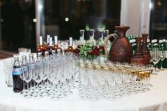 Lijst met lege glazen voor dranken wordt gediend die Royalty-vrije Stock Foto's