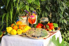 Lijst met pizza, fruit en wijn het traditionele Italiaans wordt verfraaid dat royalty-vrije stock afbeelding