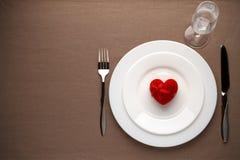 Lijst met rood hart op de witte plaat voor Valentijnskaartendag die wordt geplaatst Stock Foto's