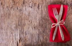 lijst met rood servet wordt geplaatst dat royalty-vrije stock foto
