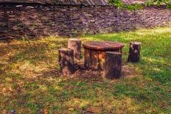 Lijst met stoelen in de tuin Stock Fotografie