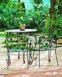 Lijst met stoelen in de tuin royalty-vrije stock afbeeldingen