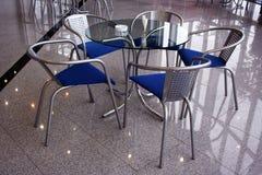 Lijst met vijf stoelen in een koffie Stock Foto