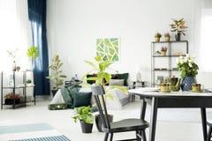 Lijst in multifunctioneel slaapkamerbinnenland royalty-vrije stock foto's