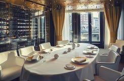 Lijst in restaurant in het hotel van Amsterdam (Le Europa) Stock Foto
