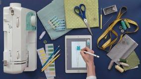 Lijst van de kleren van de naaistersontwerper, hoogste mening, blauwe achtergrond stock video