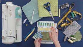 Lijst van de kleren van de naaistersontwerper, hoogste mening, blauwe achtergrond stock footage