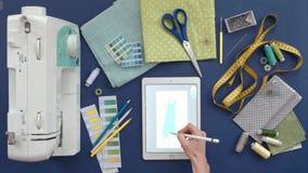 Lijst van de kleren van de naaistersontwerper, hoogste mening, blauwe achtergrond stock videobeelden