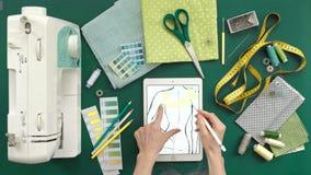 Lijst van de kleren van de naaistersontwerper, hoogste mening, groene achtergrond stock videobeelden