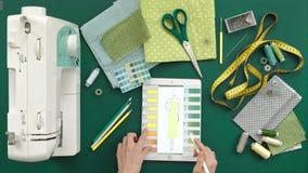 Lijst van de kleren van de naaistersontwerper, hoogste mening, groene achtergrond stock footage