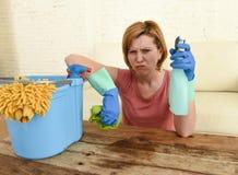 Lijst van de vrouwen de schoonmakende woonkamer met doek en nevelfles die in spanning wordt vermoeid Stock Foto's