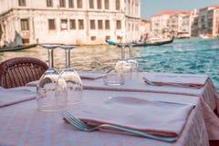 Lijst van glazen wijn in Venetië stock foto