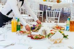 Lijst van het kelners de dienende banket bij een restaurant Stock Foto's