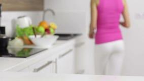 Lijst van het vrouwen de schoonmakende meubilair met groene doek stock video