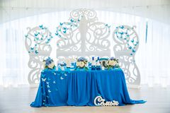 Lijst voor bruid en bruidegom in de huwelijkszaal Royalty-vrije Stock Afbeelding