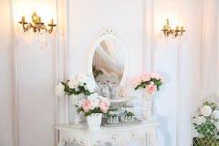 Lijst voor de slaapkamer Fragment van het binnenland van een mooie slaapkamerreeks in helder wit Stock Afbeelding