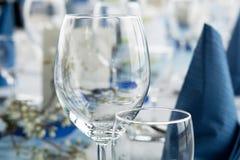 Lijst voor dinerpartij die wordt geplaatst royalty-vrije stock foto's