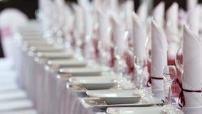 Lijst voor gebeurtenispartij of huwelijksontvangst wordt geplaatst met bloemendecoratie die stock footage