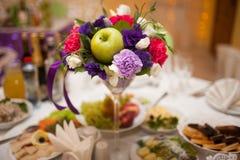 Lijst voor huwelijksdiner wordt met bloemen wordt verfraaid geplaatst die Royalty-vrije Stock Afbeeldingen