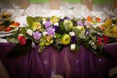 Lijst voor huwelijksdiner wordt met bloemen wordt verfraaid geplaatst die Stock Foto