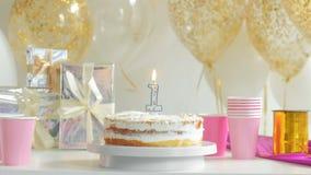 Lijst voor Verjaardagsdiner wordt gediend in woonkamer die Eerste jaar 1080p fullHD stock videobeelden