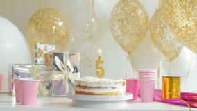 Lijst voor Verjaardagsdiner wordt gediend in woonkamer die vijf jaar van 1080p fullHD stock videobeelden