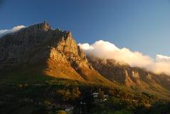 Lijstberg door de wolken wordt omringd die. Cape Town, Westelijke Kaap, Zuid-Afrika stock afbeeldingen