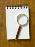 Lijstbovenkant met vergrootglas Stock Afbeelding