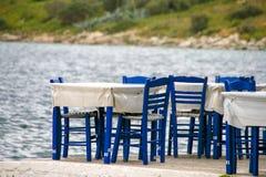 Lijsten en blauwe stoelen door de kust Griekenland royalty-vrije stock afbeeldingen