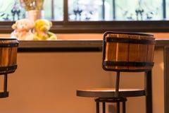 Lijsten en stoelen in een koffie Stock Afbeeldingen
