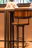 Lijsten en stoelen in een koffie Stock Afbeelding