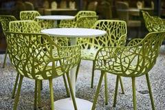 Lijsten en stoelen in een openluchtterase Stock Afbeelding