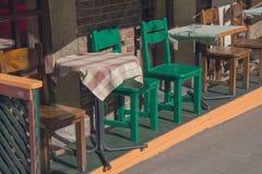 Lijsten en stoelen van een straat cafele Stock Foto