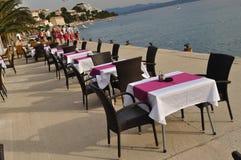 Lijsten en stoelen van restaurant Royalty-vrije Stock Afbeelding