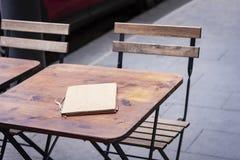 Lijsten met stoelen op de straat café in Syracuse Siracusa, Sicilië, Italië stock foto's
