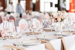 Lijsten voor een van het gebeurtenispartij of huwelijk ontvangst worden geplaatst die Plaatsende diner van de luxe het elegante l stock foto's