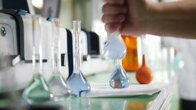 Lijsthoogtepunt van chemische producten en flessen met verschillende vloeistoffen stock footage
