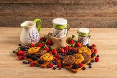 Lijsthoogtepunt van frambozen, bosvruchten en chocoladekoekjes royalty-vrije stock foto