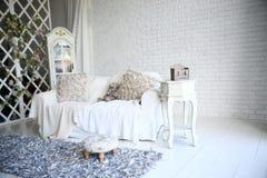 Lijstkalender met de datum 14 Februari op de bedlijst in een modieuze woonkamer Royalty-vrije Stock Fotografie