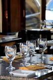 Lijstmontages bij open-vensterrestaurant Stock Foto's