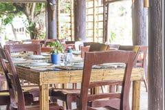 Lijstopstelling in openluchtkoffie, klein restaurant in een hotel, de zomer Stock Afbeeldingen
