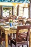 Lijstopstelling in openluchtkoffie, klein restaurant in een hotel, de zomer Stock Foto's