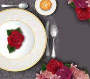 Lijstreeks, met gouden plaat, bestek en bloemen wordt verfraaid die stock foto
