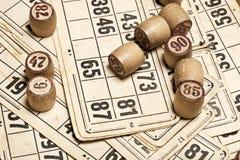 Lijstspel Bingo Houten Lottovaten met zak, speelkaarten voor het spel van de Lottoraad, het gokken, loterij, stock fotografie