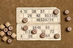 Lijstspel Bingo Houten Lottovaten met zak, speelkaarten voor het spel van de Lottoraad, vrije tijd, het gokken, loterij, royalty-vrije stock fotografie